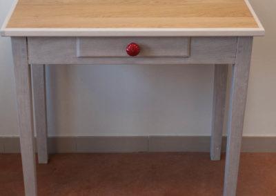 Petite table décapée et relookée