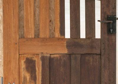 Portail bois exotique en cours de décapage
