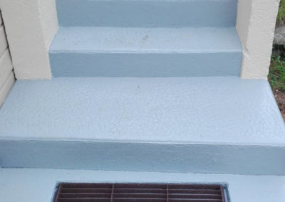 Escalier maçonné après décapage et peinture