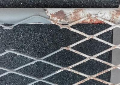 Portail métallique avec grille en cours de décapage
